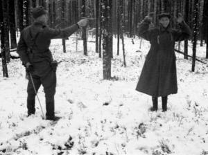 Una spia sovietica ride al suo carnefice in Finlandia, 1942.