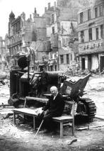 Un uomo anziano seduto tra le rovine dopo la battaglia di Berlino, Maggio 1945
