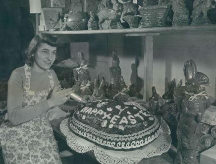 Bebbe George decora un uovo di Pasqua di 75 chili nel 1948