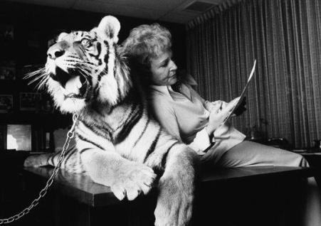 Betty White con una tigre