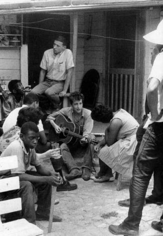 Bob Dylan nel cortile dell'Ufficio SNCC, Greenwood, Mississippi, 1963. Foto di Danny Lyon