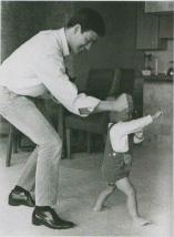 Bruce Lee gioca con suo figlio Brandon, 1966