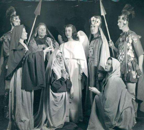 Charles Richards (a sinistra), Ruth Ann Norris, Samuel H. Gressitt, Thelma Riddle, AC Sanders Jr., Betty Damm e Jack Lauber prendono parte alla Passione di Pasqua nel 1951