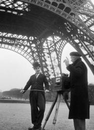 Charlie Chaplin in un set sotto la Torre Eiffel