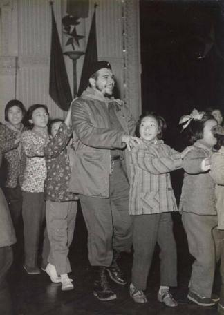 Che Guevara fa il trenino in un asilo a Shanghai, 1960