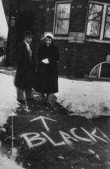 Chicago, 1957 - una coppia di colore che si trasferisce in un quartiere tutto bianco che guarda le scritte razziste di fronte a casa