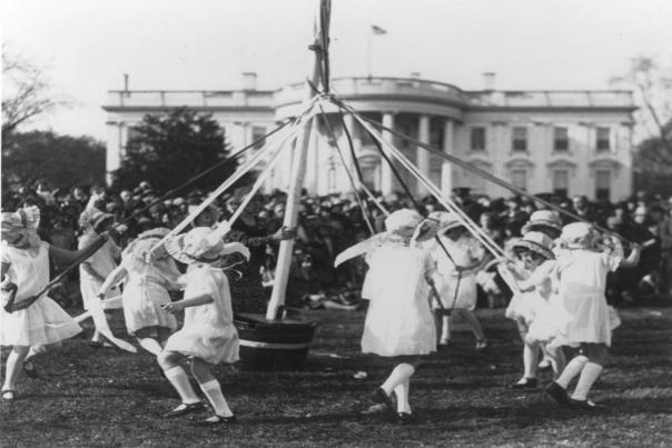 Bambini ballano attorno al palo di maggio a un Rotolamento di uova di Pasqua nel 1920. L'evento è stato cancellato dal 1917-1920, durante la prima guerra mondiale