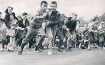 Bambini corrono per trovare le uova di cartone durante un evento di Pasqua in Patterson Park nel 1962