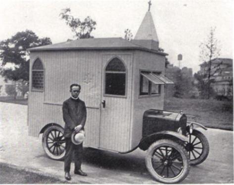 Chiesa costruita sulla cima di una vettura, 1923