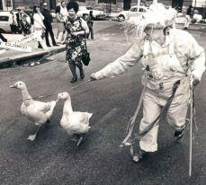 Dorothy Reynolds sfila con le sue oche, Elvis e Kathy, durante una parata di Pasqua su Charles Street nel 1974