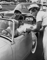 Una clinica Drive-in per il vaccino della Polio, Los Angeles, 1960