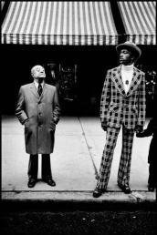 Fifth Avenue, NYC, 1975. Fotografia diBruce Gilden