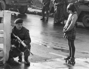 Bambina guarda un Soldato britannico in Irlanda. Gennaio 1972