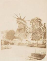 Testa della Statua della Libertà in mostra in un parco di Parigi