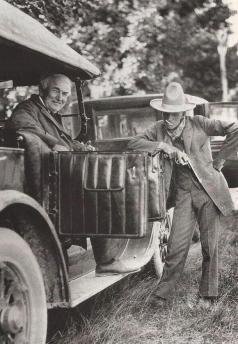 Henry Ford, vestito da cowboy, con Thomas Edison. 1923