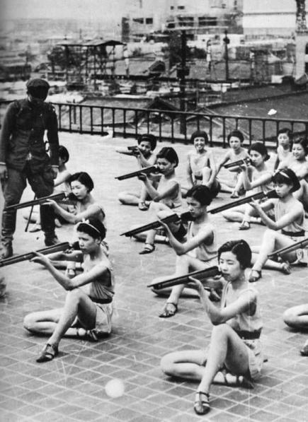 Ragazze giapponesi che ricevono l'addestramento militare durante la scuola, 1930
