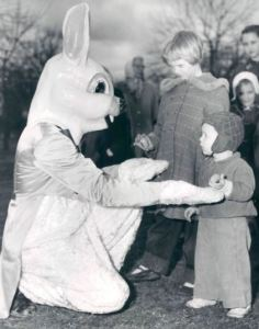 Jim Stack, travestito da coniglietto di Pasqua, saluta Ida Ruth e Neil Potter durante una caccia alle uova di Pasqua al Parco Patterson nel 1958