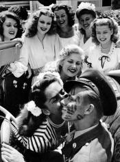 John Farnsworth coperto di baci da pin-up e attrici famose 1944