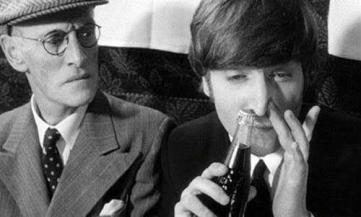 John Lennon fa il gesto di sniffare la Coca cola