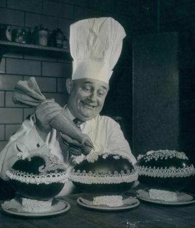 Joseph Vallegant farcisce dolci pasquali presso l'Hotel Belvedere nel 1952