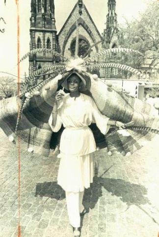 Louise Johnson mostra il suo cappello di Pasqua nel corso di una caccia alle uova di Pasqua a Mount Vernon posto nel 1976