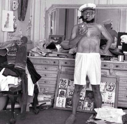Pablo Picasso vestito come Braccio di Ferro