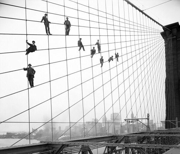 Pittori sui cavi del ponte di Brooklyn, 7 ottobre 1914. Fotografia di Eugene de Salignac