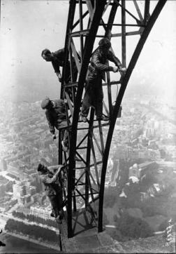 Lavoratori che dipingono a mano la Torre Eiffel