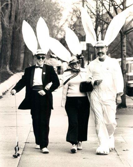 Rose Lubowicki (al centro), Phil Cooper (a destra) e un amico a piedi lungo Charles Street, vicino Wyman Parco nel 1985