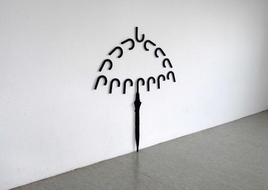 Installazione dell'artista turco Sakir Gökcebag