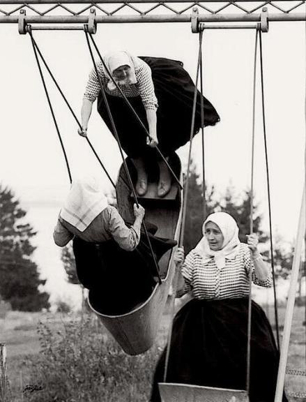 Nonne in altalena in Slovakia, 1966. Foto di Jirí Jíru