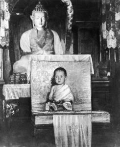 Il Dalai Lama all'età di 2 anni
