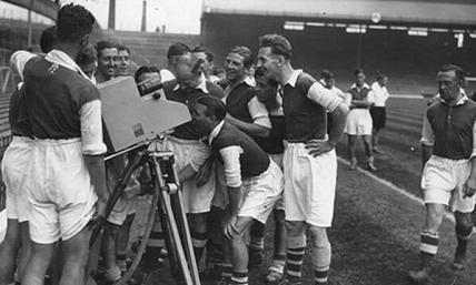 La prima partita di calcio in diretta televisiva; tra Arsenal e Arsenal Reserves. Londra 1937