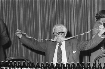 L'uomo coi baffi più lunghi del mondo nel 1977, 157 cm