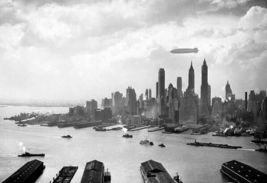 L'Hindenburg sopra Manhattan il 6 maggio 1937, ore prima del famoso disastro