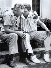 Elvis dà conforto al padre per la morte della madre. 1958