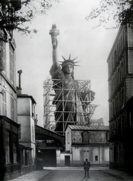 La Statua della Libertà a Parigi 1886, prima che fosse smontata e imballata per il suo viaggio a New York