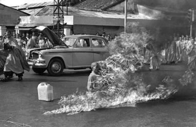 Thich Quang Duc, un monaco buddista, si dà fuoco per protestare contro le persecuzioni religiose. Saigon, 1963