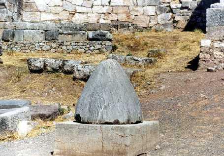 L'Omphalos esposto alle rovine di Delfi. A quanto pare sarebbe una copia antica di quello che veniva ritenuto l'originale.