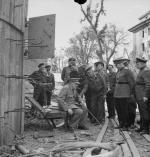 Winston Churchill si siede su una delle sedie di un bunker danneggiato da Hitler a Berlino 1945