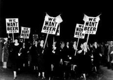Una manifestazione di donne contro il Proibizionismo, 1932