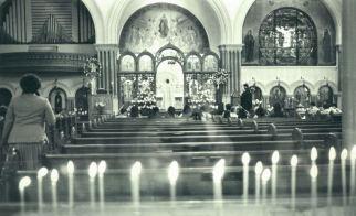 Credenti aspettano la messa di Pasqua in una cattedrale ortodossa greca nel 1980