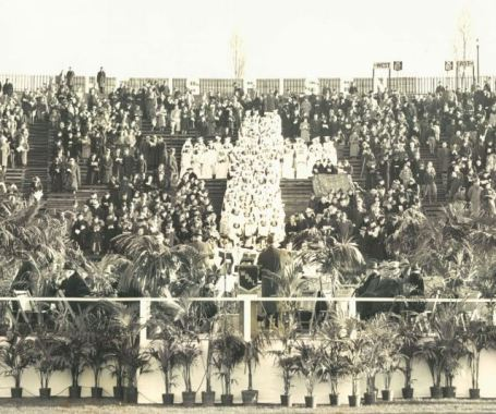 Credenti celebrano la messa di Pasqua al Municipal Stadium nel 1939