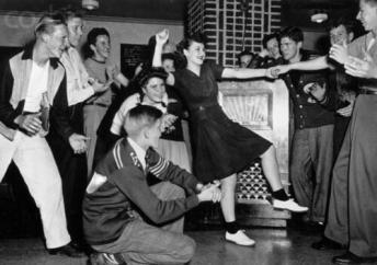 Teenager che danzano intorno a un jukebox, 1950