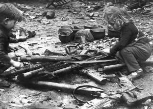 Bambini che giocano con le armi lasciate per le strade di Berlino, 1945