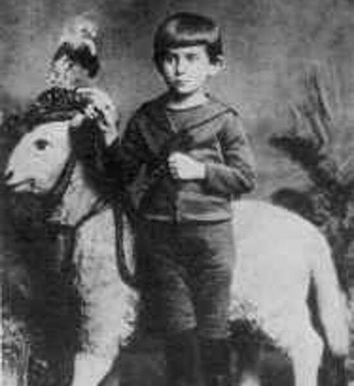 Franz Kafka a 5 anni di fronte al suo cavallo preferito nel 1888.