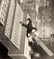 Un uomo in equilibrio su un pezzo di legno sul tetto di un grattacielo, 1939