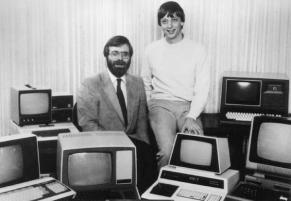 I fondatori di Microsoft, Paul Allen e Bill Gates circondati da personal computer nel 1981