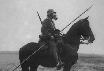 Soldato tedesco a cavallo con la maschera antigas durante la prima Guerra Mondiale
