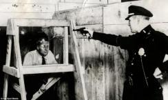 La polizia di New York fa una dimostrazione dell'efficacia del vetro antiproiettile nel 1931